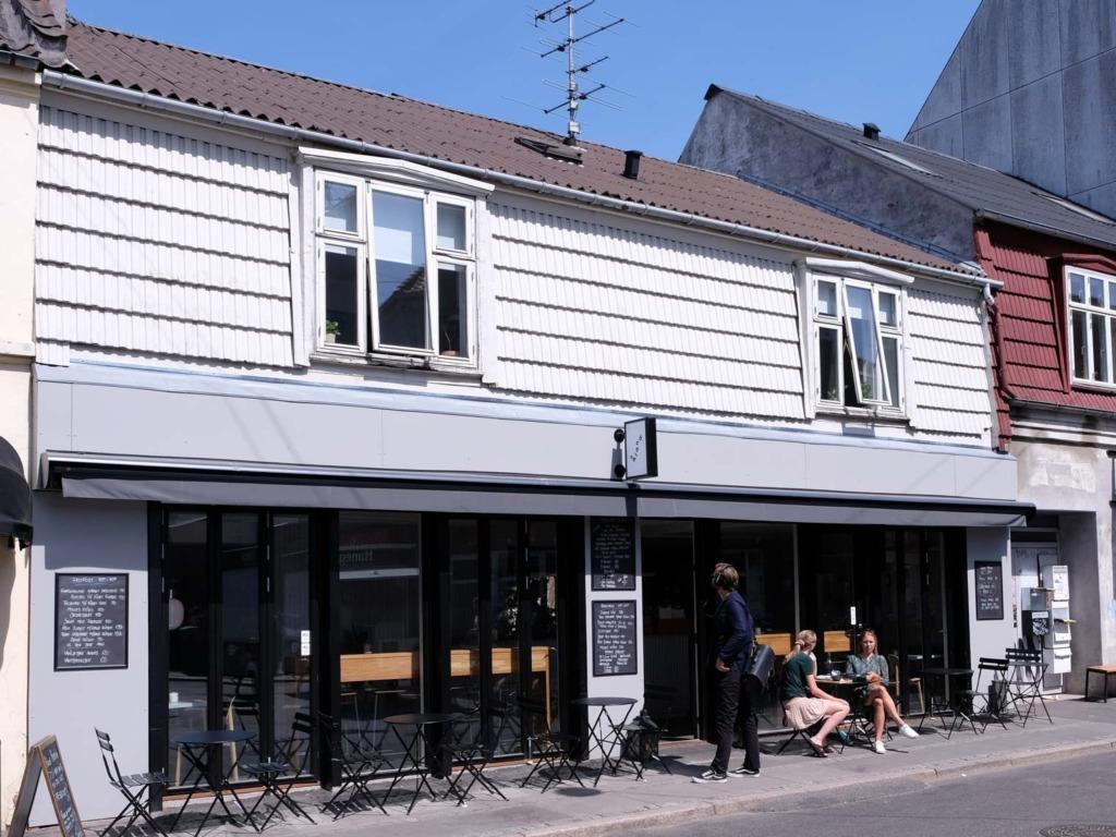Café Åland set ude fra gaden en sommerdag