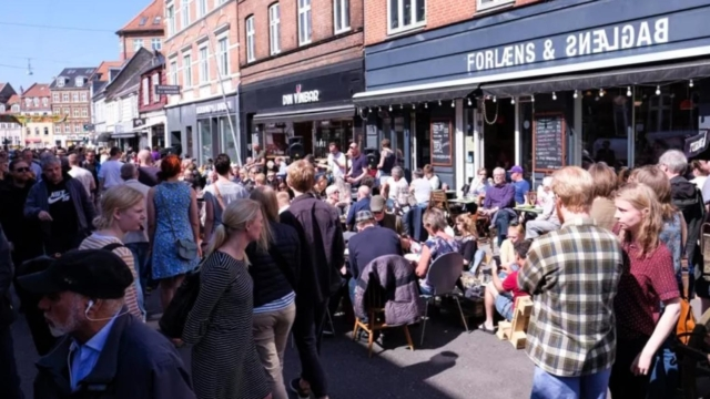 Forlæns & Baglæns i Jægergårdsgade under en gadefest i gaden