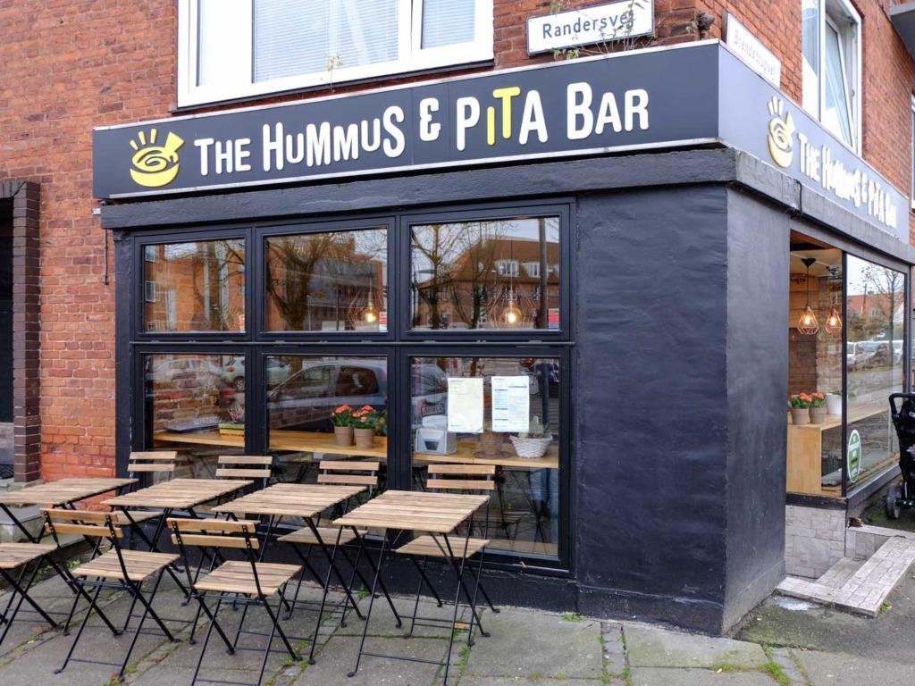 Hummus & Pita Bar set ude fra gaden