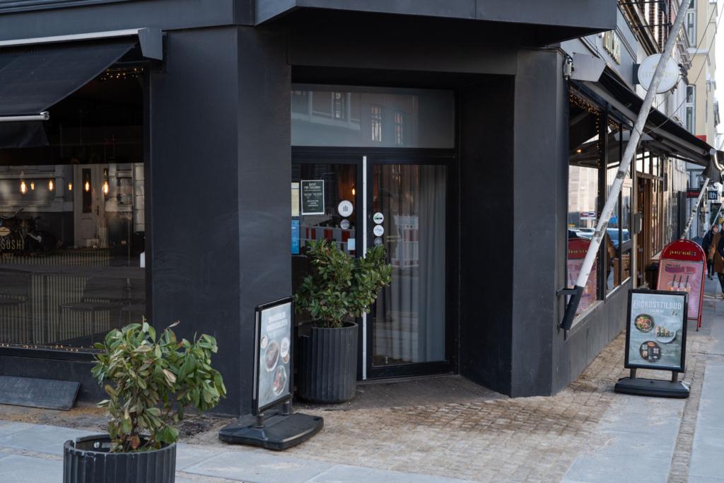 Letz Sushi i M.P. Bruuns Gade set udefra gaden