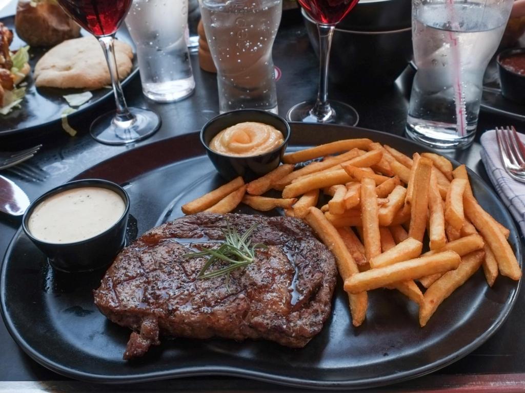 En steak hos Restaurant Bone's ved åen i Århus C