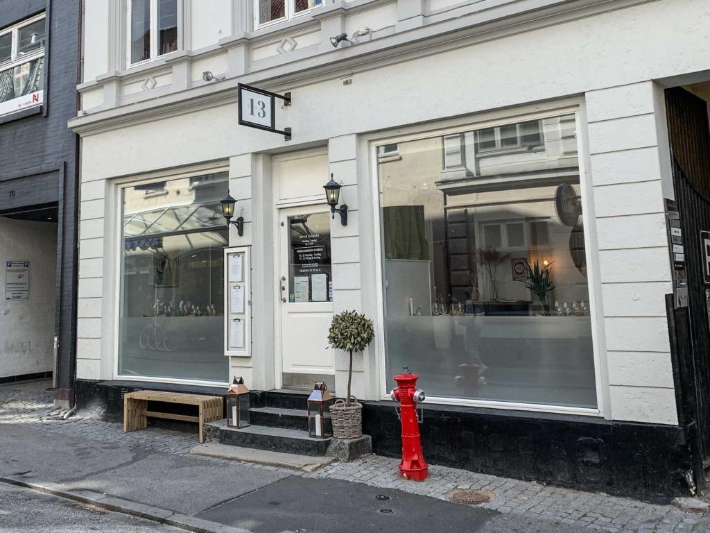 Restaurant SYV NI 13 set udefra gaden