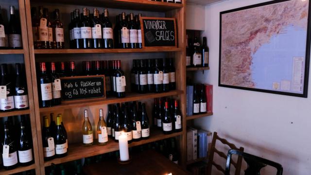 En vinreol med importerede vine hso Vincaféen