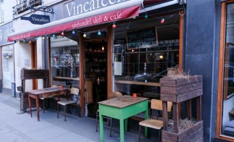 Vincaféen i Borggade set udefra
