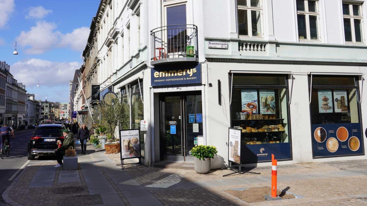 Emmerys i M.P. Bruuns Gade set udefra