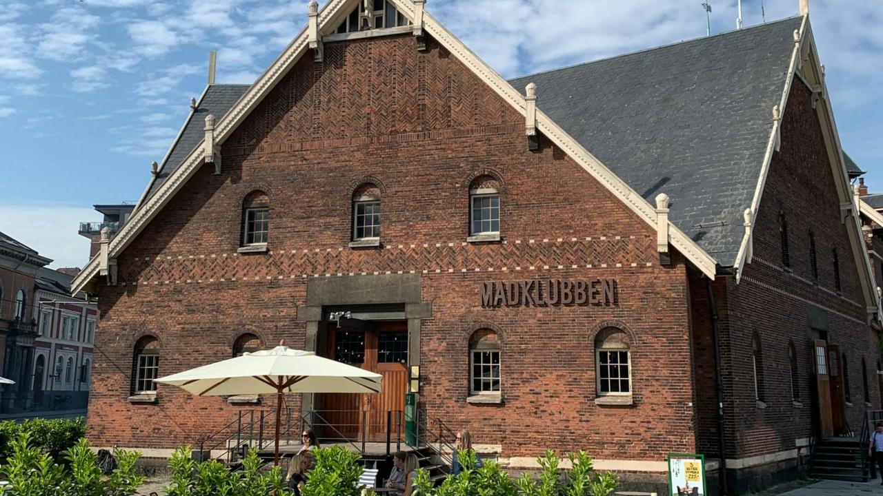 Madklubben i Aarhus set udefra