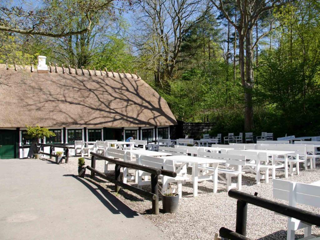 Restaurant Skovmøllen set udefra gårdspladsen