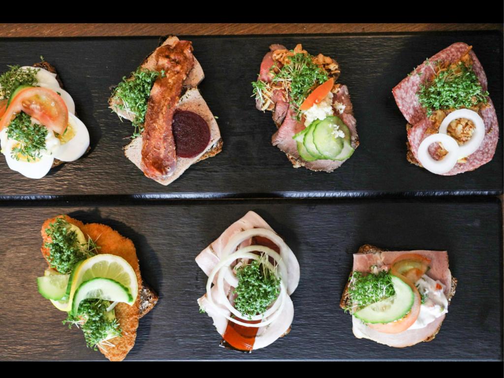 Lidt uspecificeret smørrebrød hos Café Smagløs på Klostertorvet