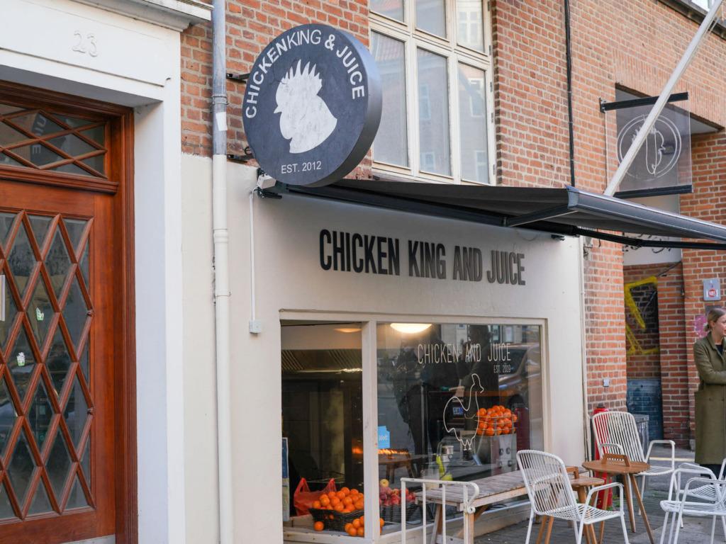 Chicken King & Juice på Trøjborg set udefra Tordenskjoldsgade. Se mere på Spiseguiden Aarhus: https://spiseguidenaarhus.dk/oversigt/chicken-king-juice-troejborg/