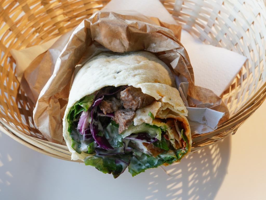 En rulle med lammekød og frisk salat hos Falafel King - Spiseguiden Aarhus