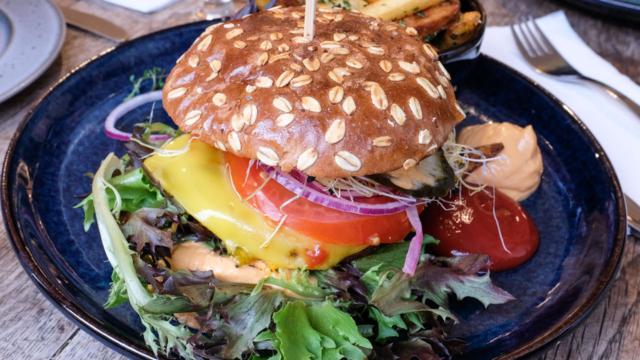 En burger med hakkebøf og ost hos Greenilicious