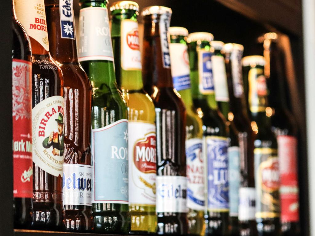 Her ses udvalget af øl hos Café Nero
