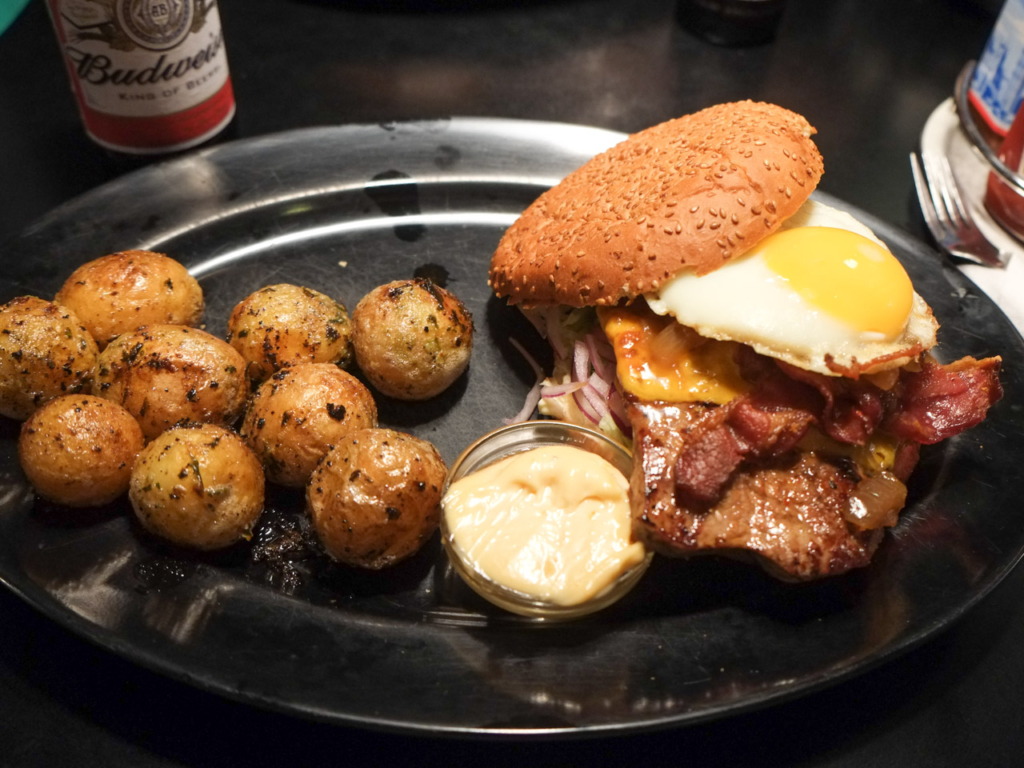 Steak burger-spejlæg-ristede-kartofler-sharks-aarhus