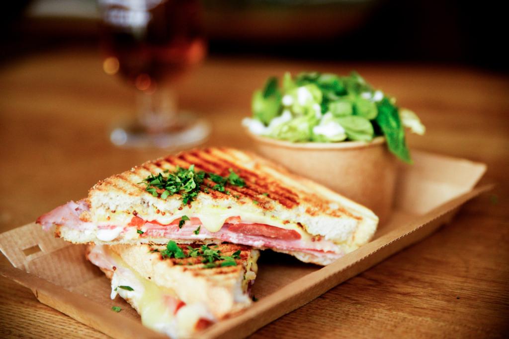Toast med skinke og ost til brunch hos FLUX