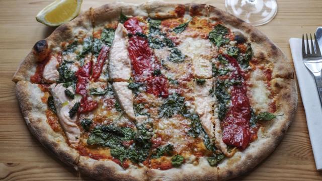En pizza med laks hos De Fyrretyve Røvere - Frederiksbjerg Torv
