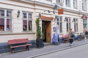 Die kleine Bierstube i Aarhus - set udefra gaden