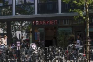 Frankies i Jægergårdsgade set ude fra vejen af