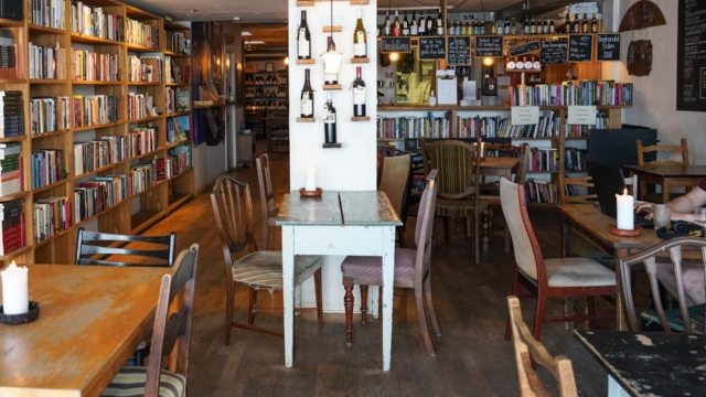Der er masse af bøger hos Løve's Bog- og Vincafé i Nørregade.
