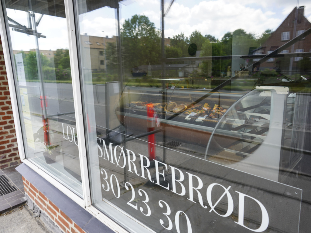 Loui´s Smørrebrød i Viby set udefra gaden