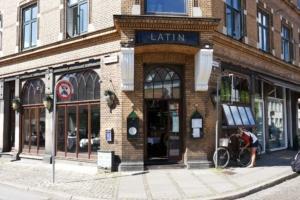 Restaurant Latin set fra gaden en sommerdag