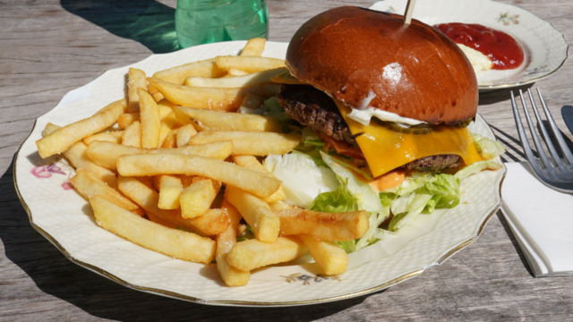 En cheeseburgermenu hos Margueritten Grill & Café