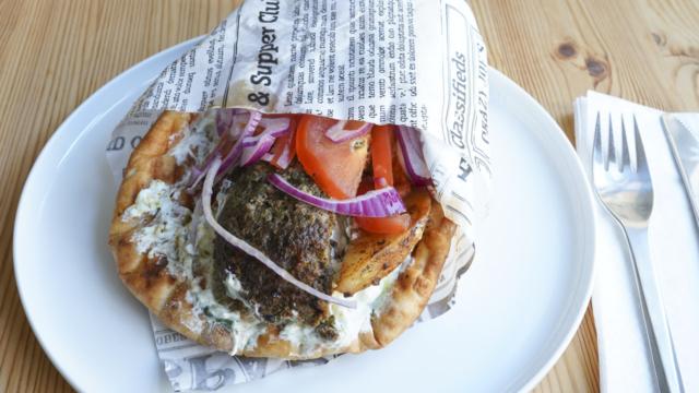 En græsk pita med gennemstegt oksekød hos Yamas i Vestergade i Aarhus. Pitaen er hentet som take away