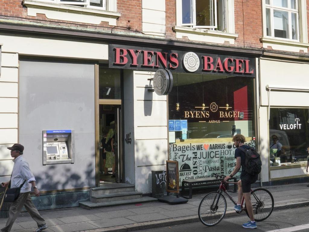 Byens Bagel set udefra gaden