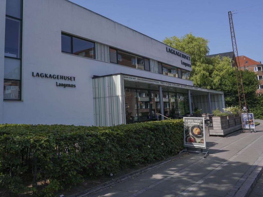 Lagkagehuset - Langenæs Allé set udefra vejen af