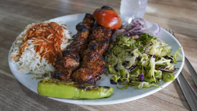 En tyrkisk grillret med ris, salat og fladbrød hos Saray Kebab i Hasle