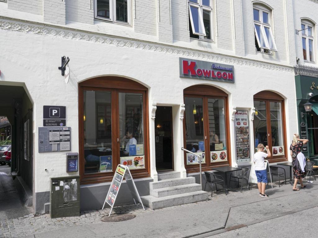Restaurant Kowloon i Frederiksgade i Århus set udefra gaden