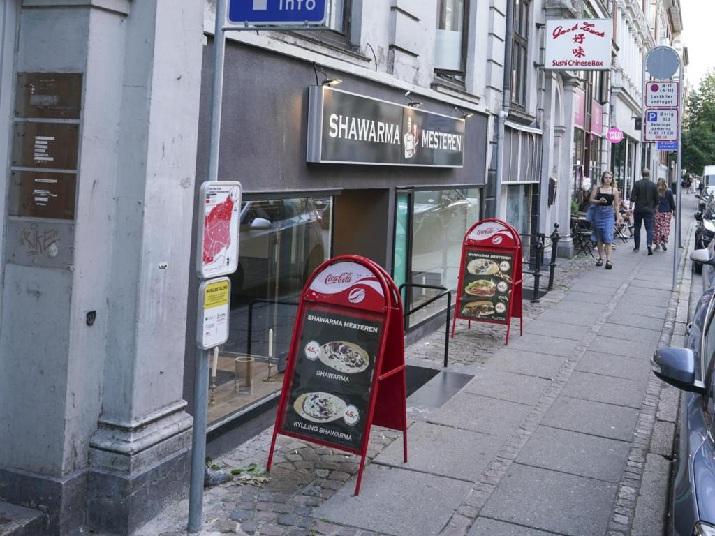 Shawarmamesteren i Guldsmedgade set udefra gaden en sommerdag
