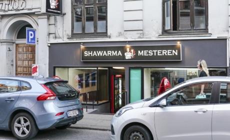 Shawarmamesteren set ude fra gaden af