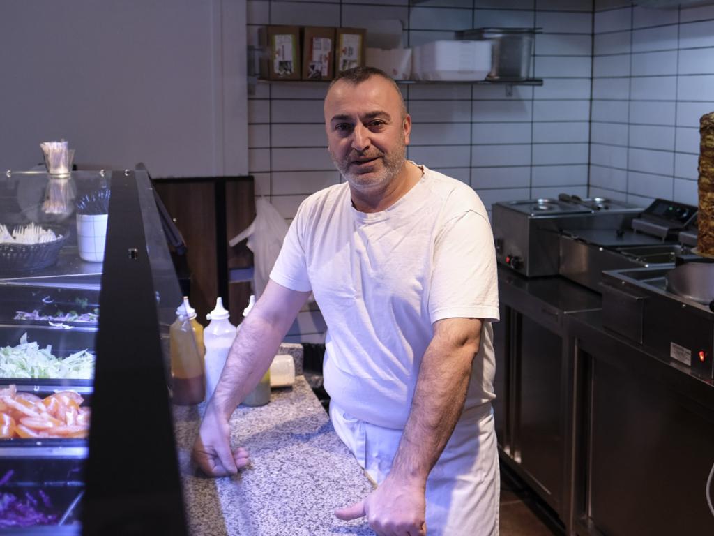 Her er ejeren af Shawarmamesteren, Hassib Kurdis, bag disken i den lille forretning i Guldsmedgade i Aarhus